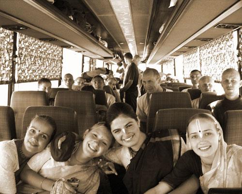 Im Devotee-Bus noch mit guter Stimmung...