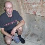 Tief in der Gruft des Pharao mit Gebetskette im Handbeutel. Handelt es sich rechts um eine Prabhupada-murti?