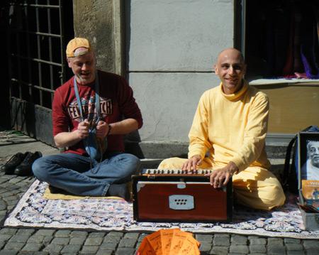 Der Autor Olaf Schröder links und Gargamuni Dasa rechst in der Fußgängerzone von Maribor, Slowenien