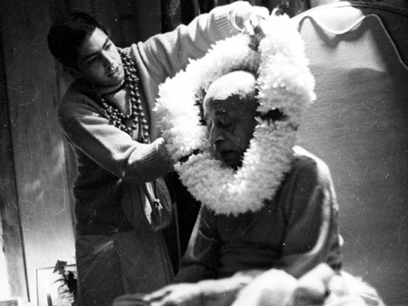 Srila Prabhupada bekommt von Mukunda Dasa eine Blumengirlande