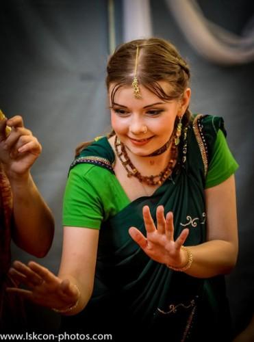 Eine junge Geweihte Krishnas, die sich mit einer Tulsi-Kette geschmückt hat