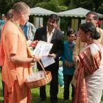 """Krishna Chaitanya Dasa, Vize-Präsident des Berliner ISKCON-Tempels überreciht Sujatha Singh den """"Letter of Request"""", einen Protestbrief zur Retteung des heiligen Flusses Yamuna"""